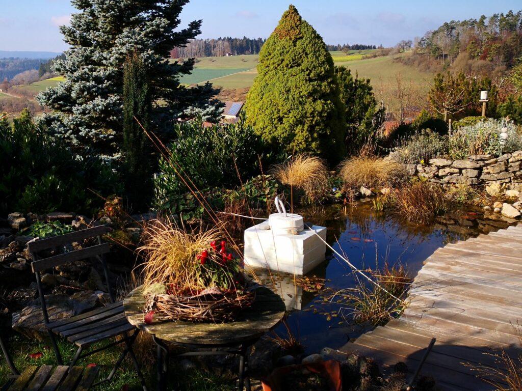 Ein Eisfreihalter im Gartenteich